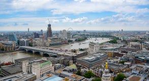 Sikt av London fr?n ?ver FlodThemsen, London från Sts Paul domkyrka, UK royaltyfri fotografi