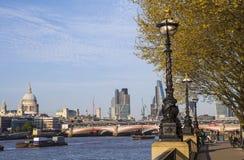 Sikt av London från den södra banken Arkivfoto