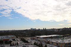 Sikt av London Ontario från det 10th golvet av highriselägenheten royaltyfri bild