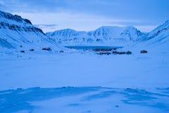 Sikt av Longyearbyen från bergen Den polara natten i mars Royaltyfri Foto