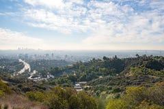 Sikt av Los Angeles från Hollywoodet Hills Ner stadla Hollywood Bowl katten som dagen observerar, sitter den varma soliga treen H arkivfoton