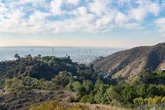 Sikt av Los Angeles från Hollywoodet Hills Ner stadla Hollywood Bowl katten som dagen observerar, sitter den varma soliga treen H arkivbild