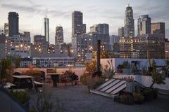 Sikt av Los Angeles horisont på solnedgången från takterrass royaltyfri fotografi