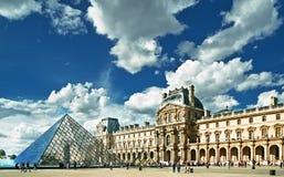 Sikt av Louvre som bygger i Louvremuseum arkivfoto