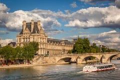 Sikt av Louvremuseet och den Pont kungliga personen, Paris Fotografering för Bildbyråer