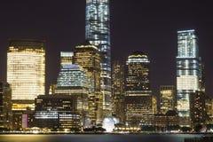 Sikt av Lower Manhattanhorisont på natten från utbytesställe i Jersey City som är ny - ärmlös tröja Royaltyfri Foto