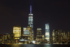 Sikt av Lower Manhattanhorisont på natten från utbytesställe i Jersey City som är ny - ärmlös tröja Royaltyfria Bilder