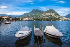 Sikt av Lugano sjön och berget i den Locarno staden Arkivfoton