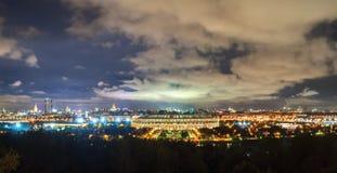 Sikt av Luzhnikien Olympic Stadium och nattMoskva från sparvkullar royaltyfri fotografi