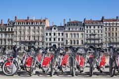 Sikt av Lyon med cyklar Arkivfoto