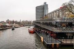 Sikt av många personer som väntar i linje vid vattnet på ett läge för uppsamling för kryssning för kanalfartyg arkivfoto