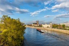 Sikt av Magdeburg med domkyrkan och floden Elbe, dagsljuslandskap, Sachsen, Tyskland Royaltyfria Foton