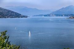 Sikt av Maggiore sjön, Lago Maggiore, landskap från den Arona staden, Italien royaltyfri bild