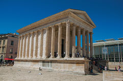 Sikt av Maisonen Carrée med folk, en forntida romersk tempel i Nimes Arkivfoton