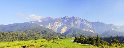 Sikt av majestätiska Mount Kinabalu med härlig blå himmel på bakgrund Royaltyfri Foto