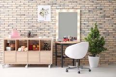 Sikt av makeuprum med dekorativa skönhetsmedel Royaltyfri Fotografi