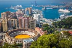 Sikt av Malaga med tjurfäktningsarenan och hamnen spain Arkivfoton