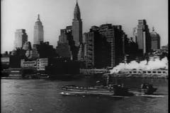 Sikt av Manhattan från East River lager videofilmer