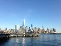 Sikt av Manhattan från J Owen Grundy Park Royaltyfria Bilder