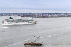 Sikt av Manhattan horisont med den vita kryssningeyeliner från Hoboken New York royaltyfri fotografi
