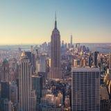 Sikt av Manhattan horisont och skyskrapor på soluppgång, New York C Arkivfoton