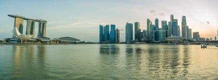Sikt av Marina Bay sander på natten i Singapore Arkivfoton
