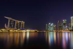 Sikt av Marina Bay sander på natten i Singapore Arkivbilder
