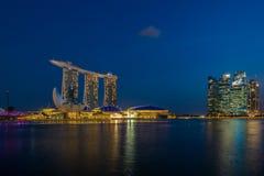 Sikt av Marina Bay sander på natten i Singapore Royaltyfri Fotografi