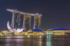 Sikt av Marina Bay sander på natten i Singapore Arkivbild