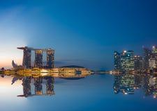 Sikt av Marina Bay sander på soluppgång i Singapore Arkivbilder