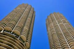 Sikt av Marina City Corncob Towers, Chicago underifrån arkivfoto