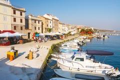Sikt av marina i lilla staden Pag, en mycket populär destination bland turister Royaltyfri Fotografi