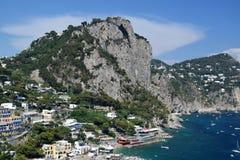 Sikt av Marina Piccola och kustlinjen i Capri, Italien Royaltyfria Bilder