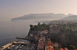 Sikt av Marina Piccola som är liten från thecity av Sorrento royaltyfri bild