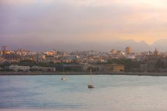 Sikt av Marseille under en soluppg?ng royaltyfria foton