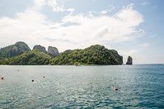 Sikt av Maya Bay, Phi Phi ö, Thailand, Phuket Seascape av den tropiska ön med semesterorter Royaltyfri Fotografi
