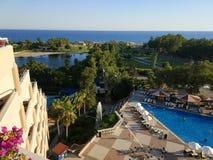 Sikt av medelhavet från taket av hotellet i Turkiet royaltyfri fotografi