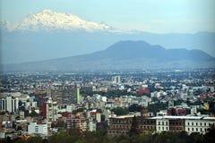 Sikt av Mexico - stad och Volcano Mountain Arkivbilder