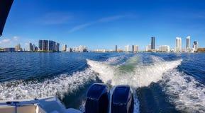 Sikt av Miami horisont från baksidan av en fartygdagsutflykt i en av kanalerna som öppnar till havet moderna byggnader arkivbild