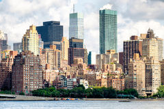 Sikt av midtownen Manhattan med flera gammal och ny lägenhetbui royaltyfria bilder