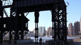 Sikt av midtownen Manhattan NYC från pir på den Long Island stadsQueens NY LastningsbryggaPlazadelstatspark November 2018 stock video