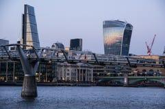 Sikt av milleniumbron i London arkivbild