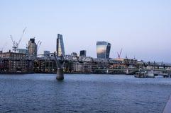 Sikt av milleniumbron i London på aftonen royaltyfri bild