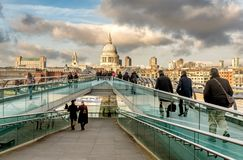 Sikt av milleniumbron och London skyskrapor, Förenade kungariket Arkivfoto