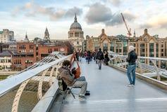 Sikt av milleniumbron och London skyskrapor, Förenade kungariket Royaltyfri Foto