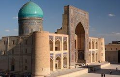 Sikt av Mir-jag-arab madrasah byggda uzbekistan royaltyfria foton