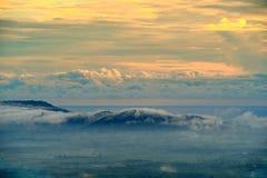 Sikt av Misty Fog i bergen - Colotful skog Fotografering för Bildbyråer