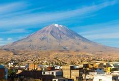 Sikt av Misty Volcano i Arequipa, Peru, Sydamerika royaltyfri bild