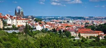 Sikt av mitten av den gammala delen Prague Arkivfoton