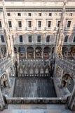 Sikt av mitten för GalleriaVittorio Emanuele II den iconic shopping som tas från terrasserna av Milan Cathedral/Duomodi Milano arkivbilder